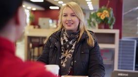 Junge Frau, die Schnellimbiß kauft stock video footage