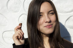 Junge Frau, die Schokolade isst lizenzfreie stockbilder