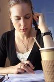 Junge Frau, die Schreibarbeit an tut Lizenzfreies Stockfoto