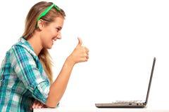 Junge Frau, die am Schreibtisch online kauft sitzt Stockfoto