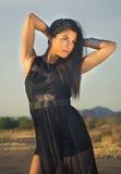 Junge Frau, die schwarzes Kleid trägt Lizenzfreie Stockfotos
