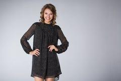 Junge Frau, die schwarzes Kleid trägt Lizenzfreies Stockfoto