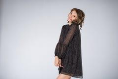 Junge Frau, die schwarzes Kleid trägt Lizenzfreies Stockbild