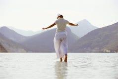 Junge Frau, die in See geht lizenzfreie stockfotografie