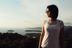 Junge Frau, die Seeansicht betrachtet Stockfotos