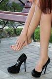 Junge Frau, die seine Füße massiert Stockfotografie