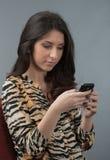 Frau, die seine telefonischen Mitteilungen überprüft Lizenzfreie Stockfotos