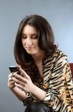 Frau, die seine telefonischen Mitteilungen überprüft Stockbilder