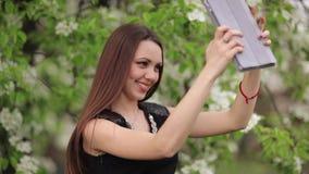 Junge Frau, die selfie im Garten macht stock video footage
