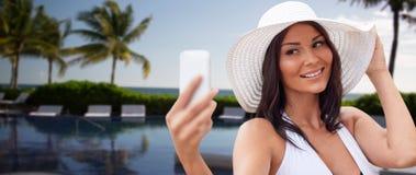 Junge Frau, die selfie mit Smartphone nimmt Lizenzfreie Stockbilder
