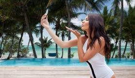Junge Frau, die selfie mit Smartphone nimmt Stockfoto