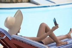 Junge Frau, die selfie nimmt lizenzfreie stockfotos