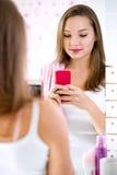 Junge Frau, die selfie nimmt Stockbild