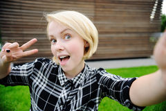 Junge Frau, die selfie nimmt Lizenzfreies Stockbild