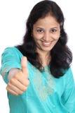 Junge Frau, die sich Daumen zeigt Lizenzfreie Stockfotos