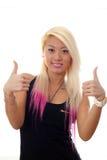 Junge Frau, die sich Daumen zeigt Lizenzfreie Stockfotografie