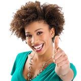 Junge Frau, die sich Daumen zeigt Lizenzfreies Stockfoto