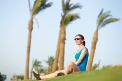 Junge Frau, die sich im Sonnenlicht nach Eignungstraining entspannt Stockbilder