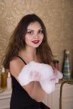 Junge Frau, die sich vorbereitet, ein Bad zu nehmen Stockfotografie