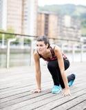 Junge Frau, die sich vorbereitet zu laufen. Lizenzfreie Stockfotos