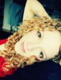 Junge Frau, die sich zu Hause entspannt Lizenzfreies Stockfoto