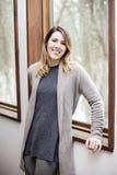 Junge Frau, die sich zuhause im Winter entspannt Lizenzfreie Stockfotografie