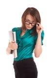 Junge Frau, die Sie über Gläsern betrachtet Stockfoto