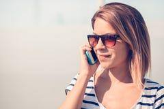 Junge Frau, die Smartphone verwendet Lizenzfreies Stockbild