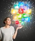 Junge Frau, die an Social Media denkt Lizenzfreie Stockfotos