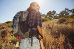Junge Frau, die am Sommertag wandert Lizenzfreie Stockfotografie