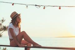 Junge Frau, die Sonnenuntergang genießt Lizenzfreies Stockfoto