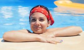 Junge Frau, die Spaß im Pool hat Stockfotografie