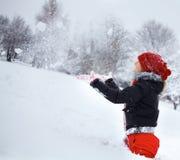 Junge Frau, die Spaß im Winter hat lizenzfreie stockfotografie
