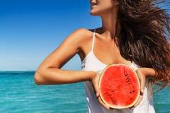 Junge Frau, die Spaß mit Wassermelone auf dem Strand hat Lizenzfreies Stockfoto