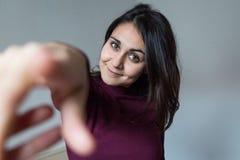 Junge Frau, die Spaß und das Zeigen hat Lizenzfreie Stockfotografie