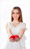 Junge Frau, die Spielzeugherz hält Stockfotos