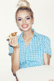 Junge Frau, die Stück Pizza isst Lizenzfreie Stockfotos