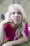 Junge Frau, die stark denkt stockbilder