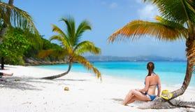Junge Frau, die am Strand sich entspannt Stockfoto