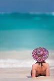 Junge Frau, die am Strand sich entspannt Lizenzfreie Stockfotografie