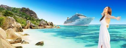Junge Frau, die Strand- und Kreuzfahrtfeiertage genießt lizenzfreie stockbilder