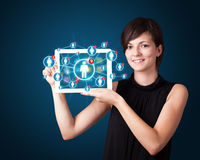 Junge Frau, die Tablette mit Sozialnetzikonen anhält Lizenzfreie Stockbilder