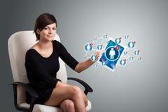 Junge Frau, die Tablette mit Sozialnetzikonen anhält Stockfoto