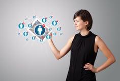Junge Frau, die Tablette mit Sozialnetzikonen anhält Lizenzfreie Stockfotografie