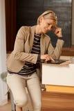 Junge Frau, die Tablette verwendet Stockfotos