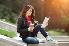 Junge Frau, die Tablette verwendet Lizenzfreie Stockfotografie