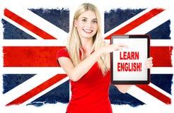 Junge Frau, die Tabletten-PC hält. englisches Lernkonzept Lizenzfreies Stockfoto