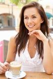 Junge Frau, die Tasse Kaffee genießt Stockbilder