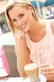 Junge Frau, die Tasse Kaffee genießt Stockfotos
