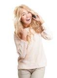 Junge Frau, die am Telefon auf weißem Hintergrund spricht. Lizenzfreies Stockfoto